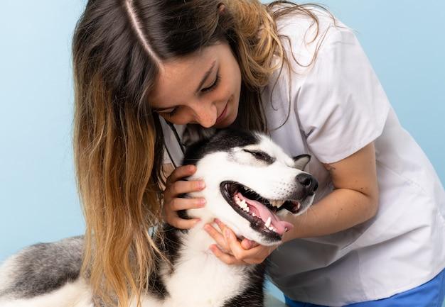 Ветеринарный врач ветеринарной клиники с собакой сибирский хаски