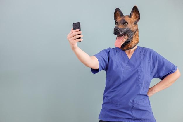 스마트폰으로 셀카를 찍는 수의사