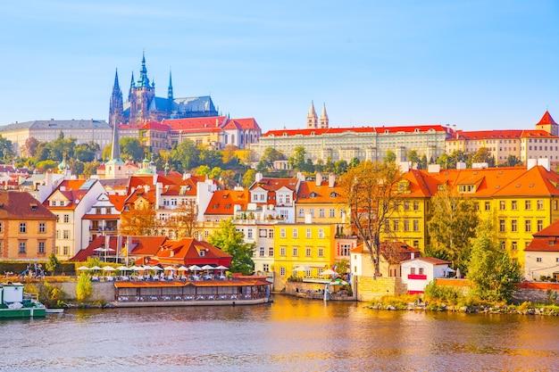 Вид на набережную и замковый район (градчаны) в праге, чешская республика