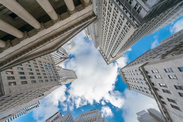 Нью-йоркские небоскребы vew от уровня улицы