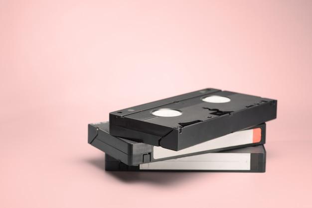 분홍색 배경에 vhs 비디오 테이프
