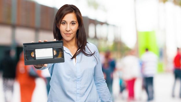 Vhsテープを保持している女性