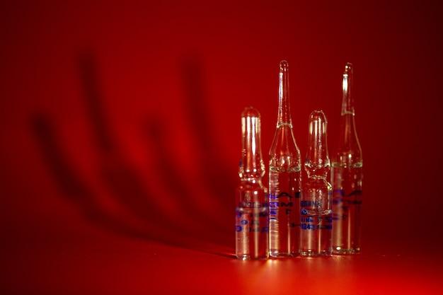 Флаконы для вакцинации против вируса.