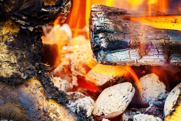 冬の暖炉の活気に満ちた明るい赤オレンジ色の炎と火。赤オレンジ色の背景