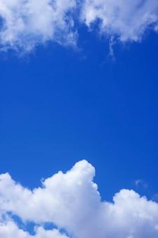 새하얀 구름 사이로 푸르고 맑은 하늘