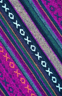 タイ北部地域のテキスタイルの鮮やかな色の斜めのパターンとテクスチャ