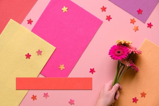 Яркая квартира с цветами герберы и ромашками на бумаге кораллового цвета. креативная плоская планировка, тонированное изображение.