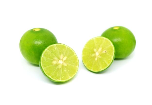 Яркие зеленые свежие лаймы, изолированные на белом фоне
