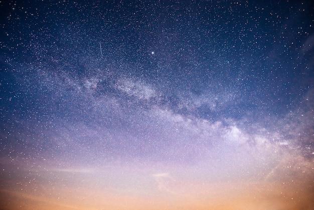 星と星雲と銀河の活気に満ちた夜空。
