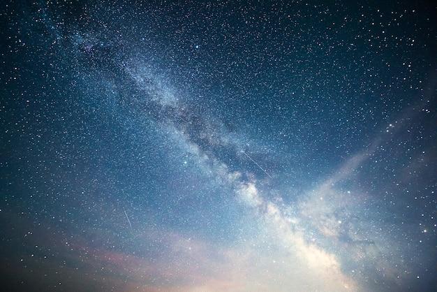 별과 성운과 은하계가있는 활기찬 밤하늘.