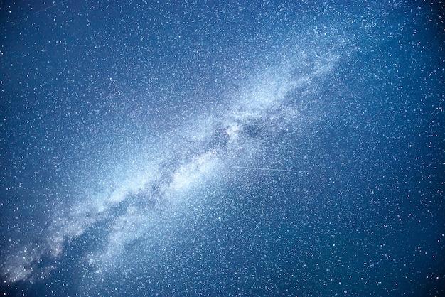 Cielo notturno vibrante con stelle e nebulose e galassie.