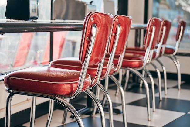 Яркие красные стулья в ресторане