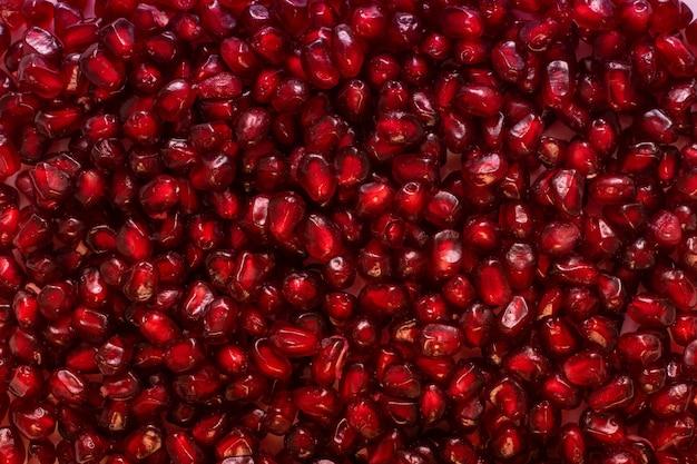 Яркие красные семена граната крупным планом, концепция фона