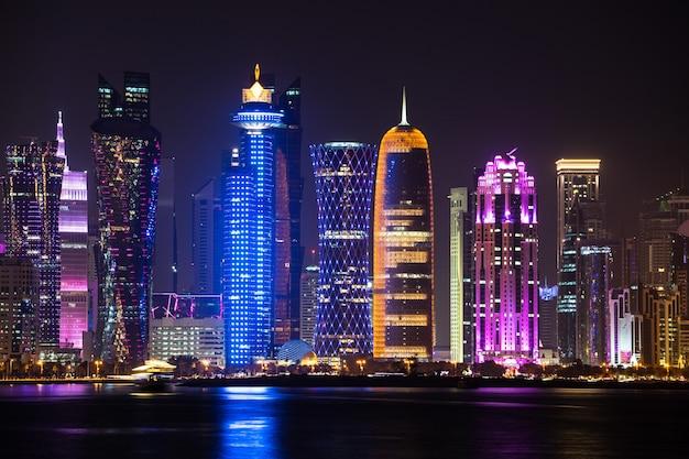 Яркий горизонт дохи ночью, если смотреть с противоположной стороны бухты столицы в ночное время.