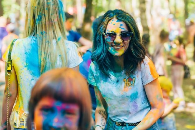Вичуга, россия - 17 июня 2018: фестиваль красок холи. портрет счастливой девушки с лицом в краске