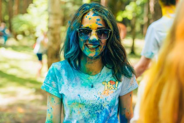 Вичуга, россия - 17 июня 2018: фестиваль красок холи. портрет молодой счастливой девушки