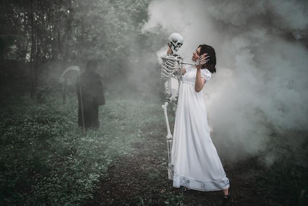 人間の骨格と森の中で死んだ犠牲者