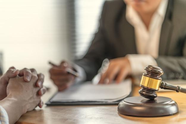 被害者は、家を購入する際の不公平な契約について弁護士と主張します
