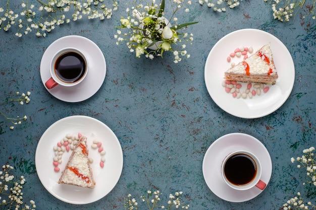 ビクトリアスポンジケーキのスライスと光のコーヒーカップ 無料写真