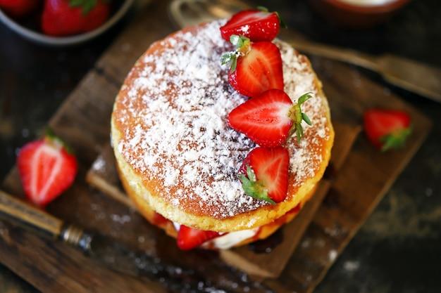 新鮮なイチゴとビクトリアスポンジケーキ。