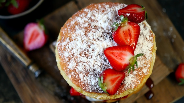 新鮮なイチゴとビクトリアスポンジケーキ