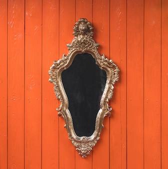 Викторианское зеркало на оранжевом фоне