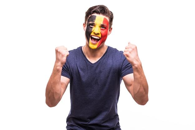 白い背景の上のベルギー代表チームのゲームサポートでのベルギーのサッカーファンの勝利、幸せ、そしてゴールの悲鳴の感情。