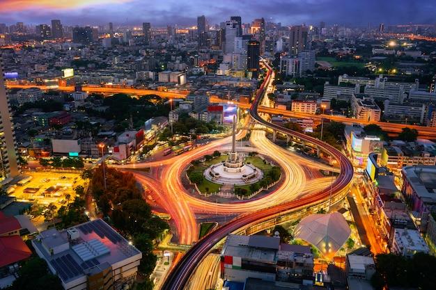 夕日と建物の背景を持つバンコク市内の戦勝記念塔タイ、バンコクのホテルの屋上からの視点。