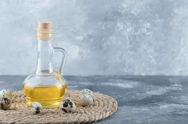 Vedi foto ad angolo di uova di quaglia e olio d'oliva