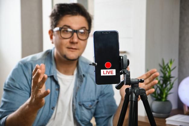 채널에 콘텐츠를 기록하는 비디오 블로거