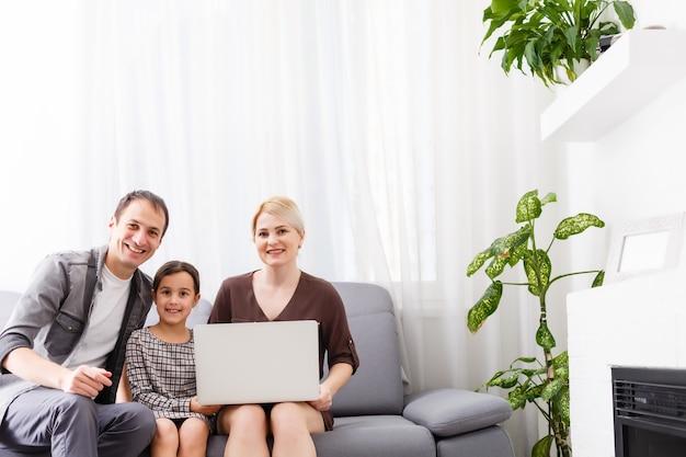 Видео-звонок и концепция чата. современные коммуникационные технологии. женщина видеоконференцсвязи на ноутбуке.
