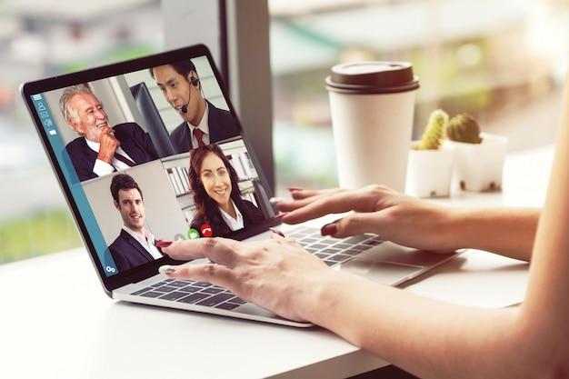 仮想職場やリモートオフィスで会うビデオ通話ビジネスマン