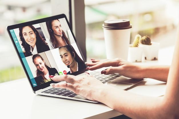 가상 직장 또는 원격 사무실에서 회의하는 화상 통화 비즈니스 사람들