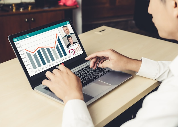 Видеовызов деловых людей, встречающихся на виртуальном рабочем месте или в удаленном офисе