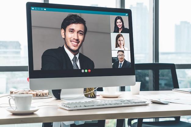 仮想職場またはリモートオフィスでビデオ会議のビジネス人々