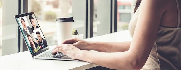 Видеозвонок деловых людей, встречающихся на виртуальном рабочем месте или в удаленном офисе