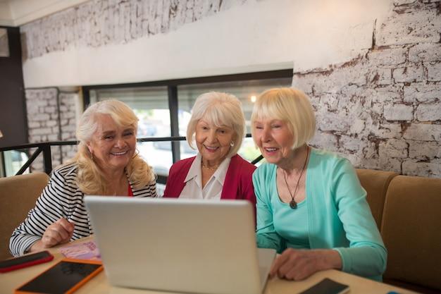 ビデオ通話。ビデオ通話をして興奮している格好良い老婦人
