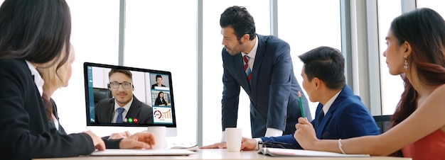 화상 통화 그룹 비즈니스 사람들이 가상 직장 또는 원격 사무실에서 회의