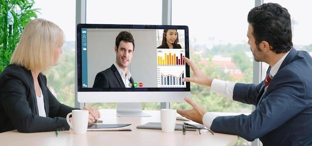 仮想職場またはリモートオフィスで会議するビデオ通話グループのビジネスマン