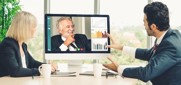 仮想職場またはリモートオフィスで会議を行うビデオ通話グループのビジネスマン