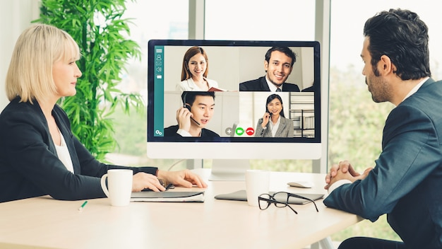 Видеовызов группы деловых людей, встречающихся на виртуальном рабочем месте или в удаленном офисе