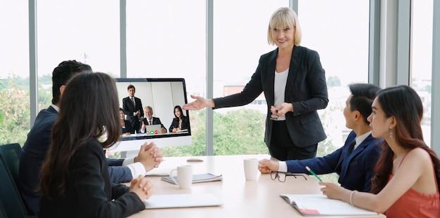 仮想職場またはリモートオフィスでビデオ会議グループビジネス人々会議