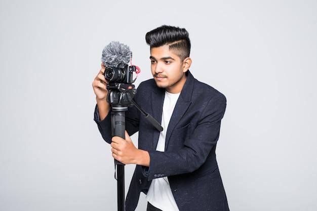 Operatore indiano della videocamera isolato su una priorità bassa bianca