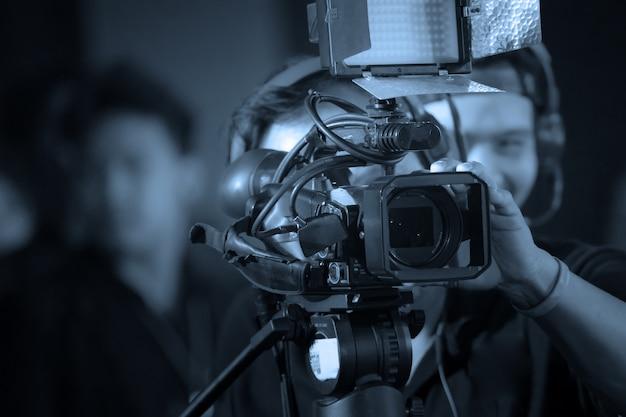 비즈니스 파티에서 일하는 비디오 카메라 연산자