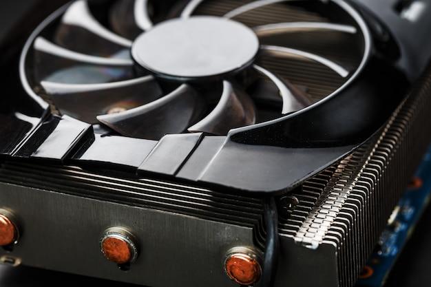 Кулер системы охлаждения видеокарты крупным планом. прогрессивная система охлаждения видеочипа, процессора и памяти. селективный фокус, макро