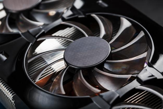 Кулер системы охлаждения видеокарты крупным планом. прогрессивная система охлаждения видеочипа, процессора и памяти.