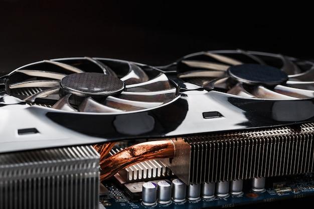 Система охлаждения видеокарты с медными трубками, алюминиевыми радиаторами и вентиляторами.
