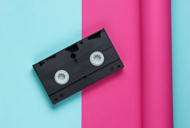 包まれた紙のビデオカセット
