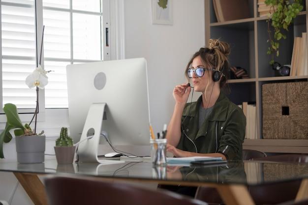 Видеоконференция в онлайн-умная работа удаленная работа работа в домашнем офисе с симпатичной женщиной среднего возраста, пользующейся современными онлайн-технологиями и бесплатным подключением к интернету