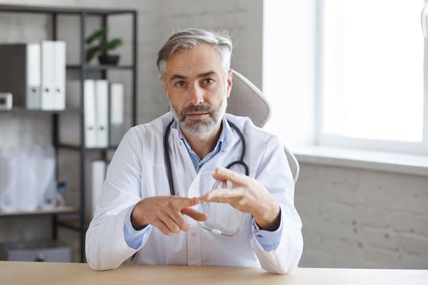 의료 전문가의 화상 회의. 직장에서 의사의 초상화입니다. 온라인 의료 지원. 진단 및 치료 권장 사항에 대한 의사와의 온라인 상담.